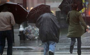 חורף, אנשים בגשם (צילום: חדשות 2)