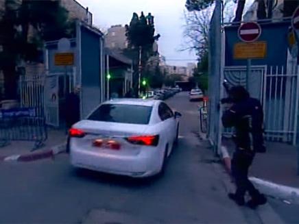 """חוקרי משטררה בכניסה למעון רה""""מ (צילום: חדשות 2)"""