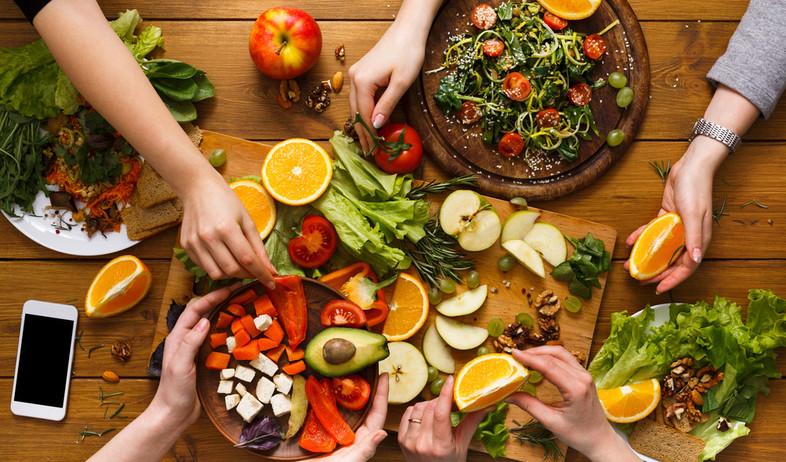 שולחן טבעוני עם המון ירקות (צילום: Prostock-studio, Shutterstock)