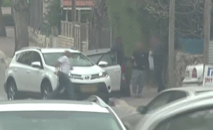 """מעצר החשוד במכירת """"צעצועים מסוכנים"""" (צילום: חדשות 2)"""