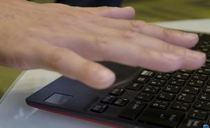 לפטופ עם קורא כף יד של חברת פוג'יטסו (צילום: יחסי ציבור, מיקרוסופט)