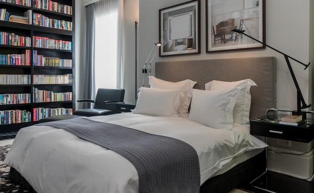 חדר שינה, מיטה וספרייה (צילום: סיון אסקאיו)