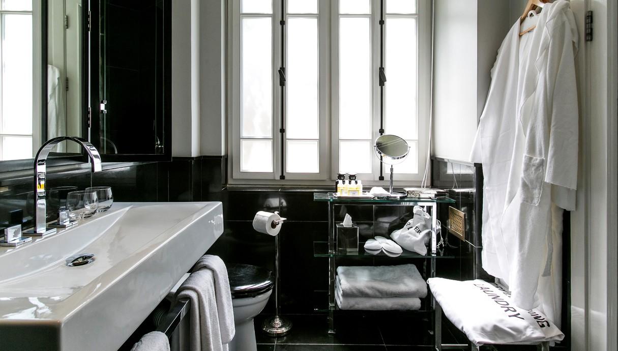 מקלחת, כיור וחלוק