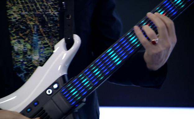 """גיטרה בלי מיתרים שתלמד אתכם לנגן (צילום: מתוך """"נקסט"""", קשת 12)"""