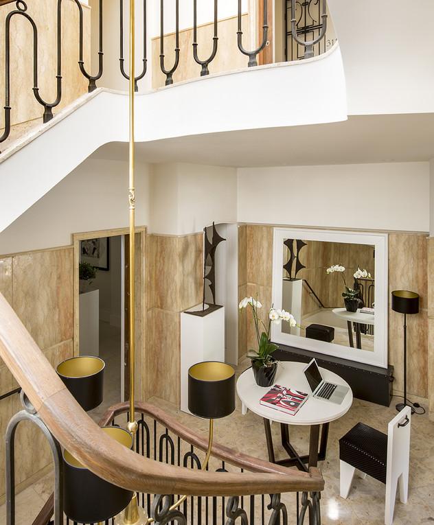 חדר מדרגות, מבט מלמעלה, עמוד