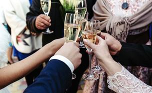 כוסות שמפניה הרמת כוסית (צילום: kateafter | Shutterstock.com )