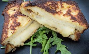 טוסט אמנטל כריכי שף נעם (צילום: עודד קרני)