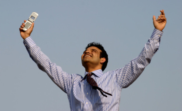 גבר שמח עם טלפון סלולרי (צילום: אימג'בנק / Thinkstock)