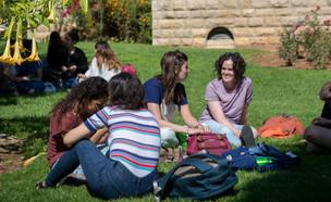 סטודנטים על הדשא (צילום: מרים אלסטר, פלאש 90)