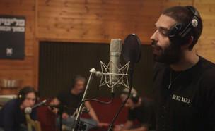 """נצ'י נצ' וברי סחרוף שרים נגד גירוש הפליטים (צילום: מתוך """"ערב טוב עם גיא פינס"""", שידורי קשת)"""