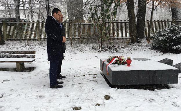 """רה""""מ הפולני באנדרטת ארגון שסייע לנאצים (צילום: חשבון הטוויטר של משרד ראש הממשלה הפולני)"""