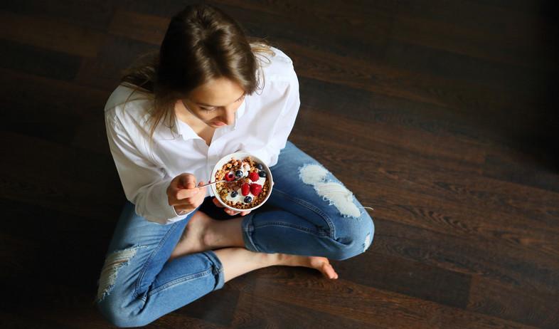 אישה אוכלת יוגורט עם גרנולה (צילום: shutterstock)