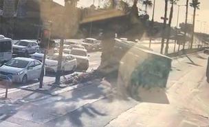 אוטובוס מאבד שליטה ברחובות (צילום: חדשות 2)