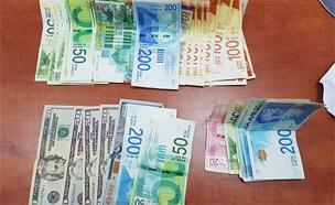 במהלך הפשיטה נתפס כסף מזומן רב (צילום: דוברות המשטרה)