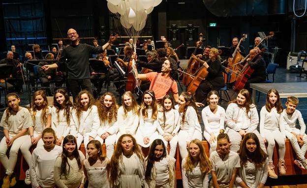 בלונה מנצח ומקהלה ובלונים (צילום: רדי רובינשטיין)