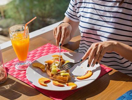 אוכלת ופל עם פירות (צילום: shutterstock)