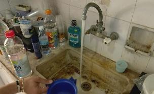 צפו: מרצפות שבורות, מקלחת בלי ברז (צילום: החדשות)