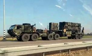 שיירת סוללות הפטריוט האמריקניות יורדת לדרום (צילום: מיקי בן)