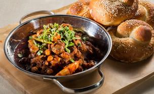 קורקבנים ברוטב חריף עם חומוס (צילום: בני גם זו לטובה, אוכל טוב)
