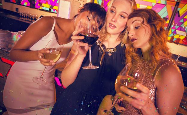 בני נוער שיכורים במסיבה (צילום: shutterstock)