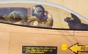 טייס בקוקפיט (צילום: שי לוי)