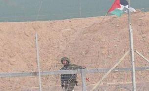 הדגל שהוצב על גבול הרצועה (צילום: מתוך התקשורת הפלסטינית)