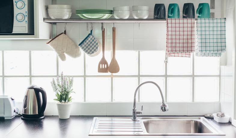 מגבות תלויות במטבח (צילום: שאטרסטוק)