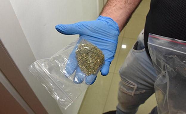 הסוכן רכש סמים בכמות מסחרית (צילום: דוברות המשטרה)