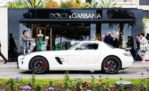 מכונית יוקרה נוסעת על פני חנות של דולצ'ה וגבאנה בפסטיבל קאן (צילום: Ian Gavan, Getty Images)