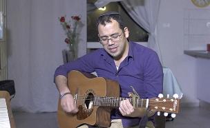 הזמר שמפסיק לגמגם רק כשהוא שר (צילום: החדשות)