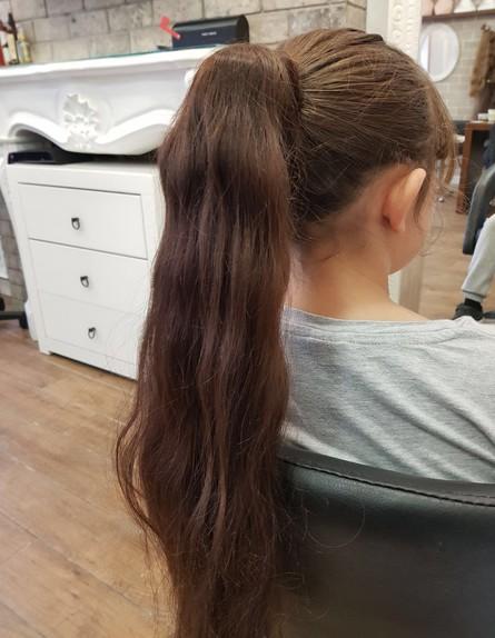 ילדה שעשתה הארכת שיער
