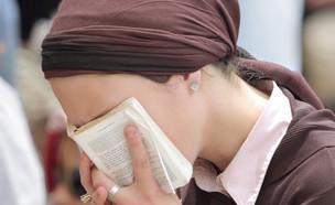 אישה מתפללת (אילוסטרציה: By Dafna A.meron, shutterstock)