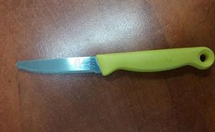 הסכין שנמצאה בתיקה של המפגעת (צילום: דוברות המשטרה)