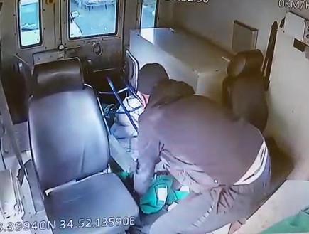 """שוד משאית """"מודיעין אזרחי"""" בגני תקווה – מבט מבפנים (צילום:  שמעון איפרגן)"""