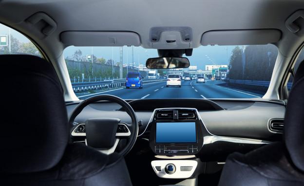 מכונית נוסעת בכביש ללא נהג (צילום: chombosan, Shutterstock)