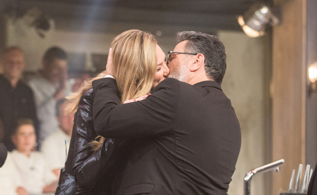 מיכל אנסקי וחיים כהן מתנשקים (צילום: בני גם זו לטובה)