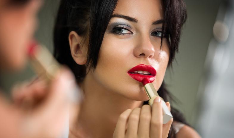 אישה מורחת ליפסטיק אדום (צילום: shutterstock)