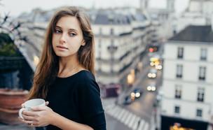 על מרפסת בפריז (צילום: shutterstock)