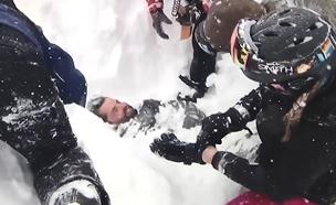 נקבר במפולת שלגים וחולץ בחיים (צילום: michael parker)