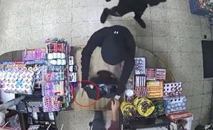 תיעוד: מאיימים בסכין - ושודדים (צילום: דוברות המשטרה)
