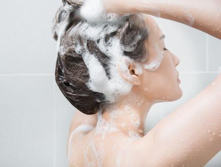 אישה חופפת שיער (צילום: Shutterstock, Sahacha Nilkumhang)