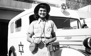 """עובדת במד""""א, ת""""א 1941 (צילום: זלוטן קלוגר, ארכיון המדינה)"""