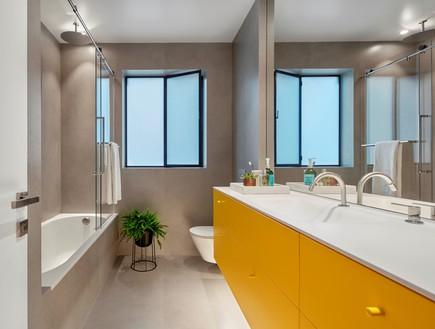 בית בתל אביב, סמט אדריכלים, חדר רחצה (צילום: שי גיל)