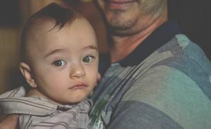 אבא ותינוק (צילום: guilherme-lemos-unsplash)