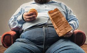 גבר אוכל (צילום: shutterstock | Ollyy)