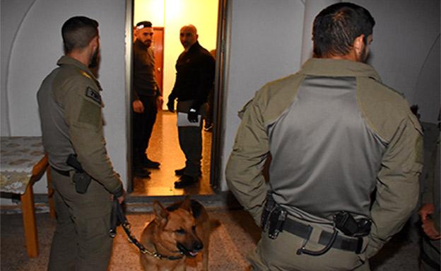 מאות שוטרים פשטו על בית הכנופיה (צילום: דוברות המשטרה)