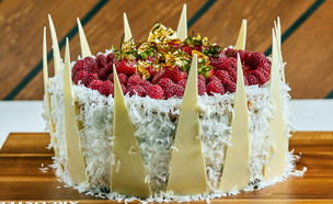 עוגת וניל, קוקוס ותות (צילום: אמיר מנחם, אוכל טוב)