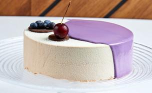 עוגת מוס שוקולד לבן וברנדי עם שקדים, פירות יער  (צילום: אמיר מנחם, אוכל טוב)