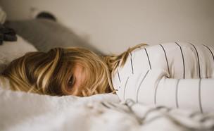 שוכבת במיטה (צילום: kinga-cichewicz-unsplash)