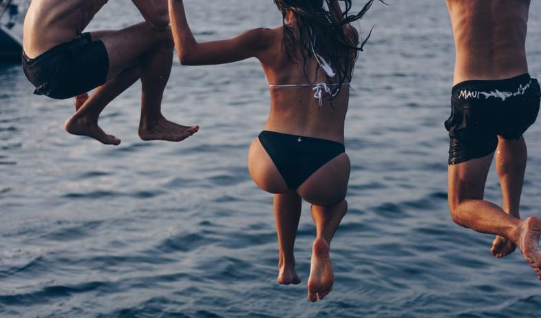 קופצים למים (צילום: angelo-pantazis-unsplash)